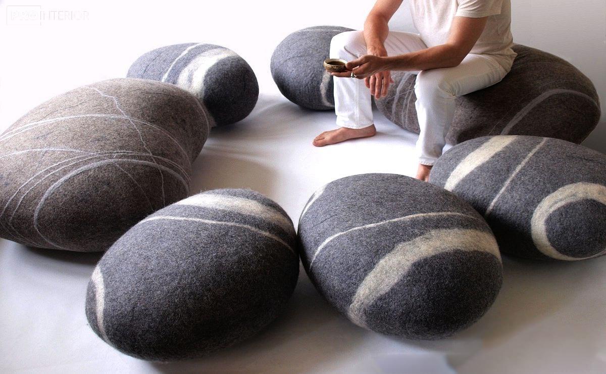 подушки схожі на камені